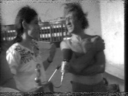 """Yvonne Mignot-Lefebvre interroge un des physiciens - """"Chauffe-eau solaire Jussieu"""" de Vidéo 00 (1975)"""
