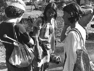 Premiers tournages par le collectif ADP, à Malville, juillet 1976 : la caméra, protégée, est reliée à une batterie de ceinture portable - Photographie : collection personnelle Anne-Marie Martin